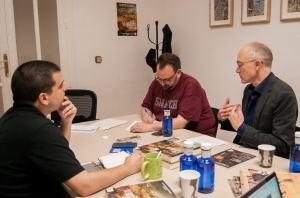Peter H. Wilson (derecha) junto a su Eduardo de Mesa, su intérprete (izquierda), durante la entrevista. Fotografía de Catherine Barrios Hergueta.