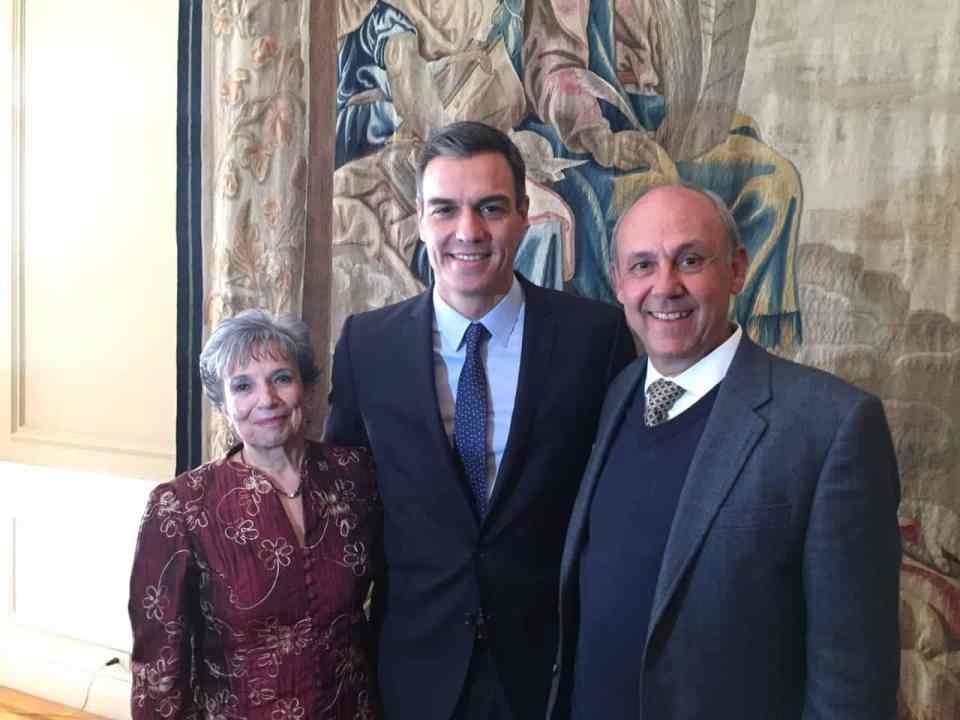 Josefina Tomé (izquierda) junto con el presidente del Gobierno español, Pedro Sánchez, y el presidente del Ateneo Español de México, Enrique Casanova.