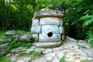 Tholos inscrito en el conjunto denominado Los que Cumplen los Deseos. Aún mantiene en la zona externa el encachado original en piedra (Esther Núñez Pariente de León).