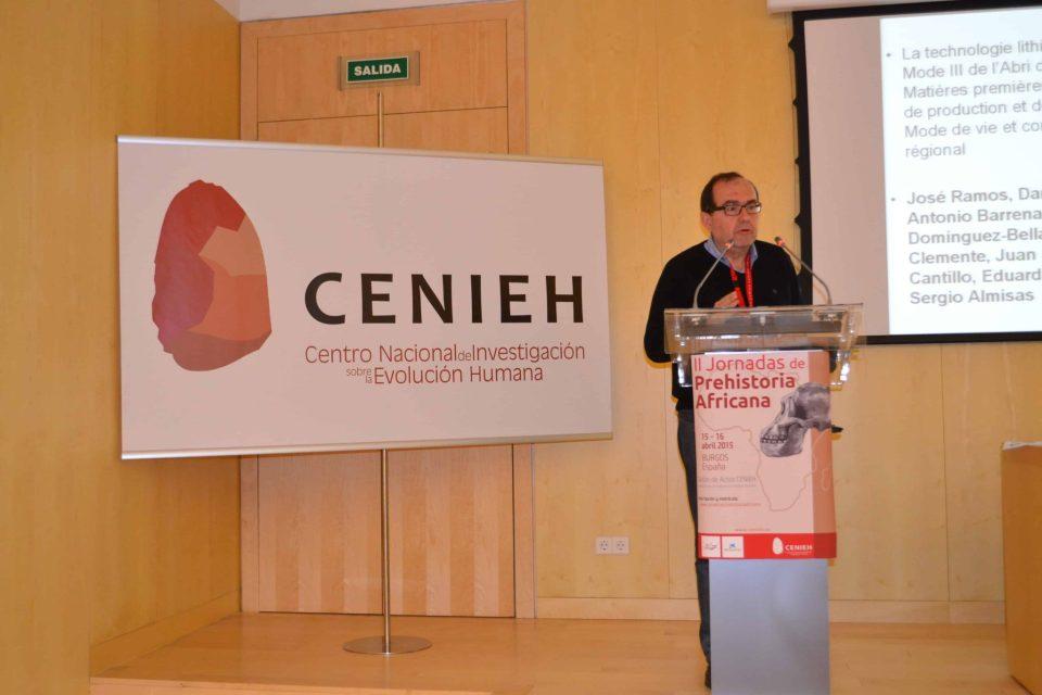 José Ramos en las II Jornadas de Prehistoria Africana, explicando trabajos en norte de África
