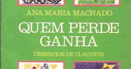 Imagem da capa do livro: Fundo verde com quatro quadrados com desenhos de cada história. No alto da capa, a esquerda, a imagem de uma maria fumaça sorridente. No canto direito, desenho de um espantalho de chapeu preto, camisa vermelha e calça azul, preso num mastro sobre uma grama verde. No canto inferior esquerdo, uma menininha pequena de vestido branco e trancinhas, zangada de braços e pernas abertas, enquanto voa ao redor dela o berço, um sapato, um vestido e uma boneca. No canto inferior direito, um desenho de um boto (especie de golfinho) sorrindo para uma estrelinha também sorridente. No centro da página, em letras grandes brancas: ANA MARIA MACHADO - QUEM PERDE GANHA - DESENHOS DE CLAUDIUS