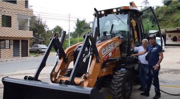 Retro excavadora ayuda a resolver las necesidades del Campo en el municipio de Granada.