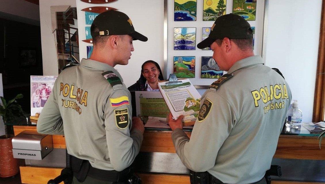 La policía nacional y secretaria de turismo socializa con dueños de hoteles y hostales el código de conducta.