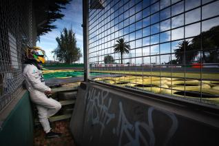 Hamilton tras la rotura de su monoplaza en los entrenamientos libres del viernes
