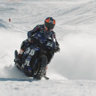 Dejar las tablas y disfrutar esquiando con una moto en la nieve, otra locura del piloto Hugo Clere