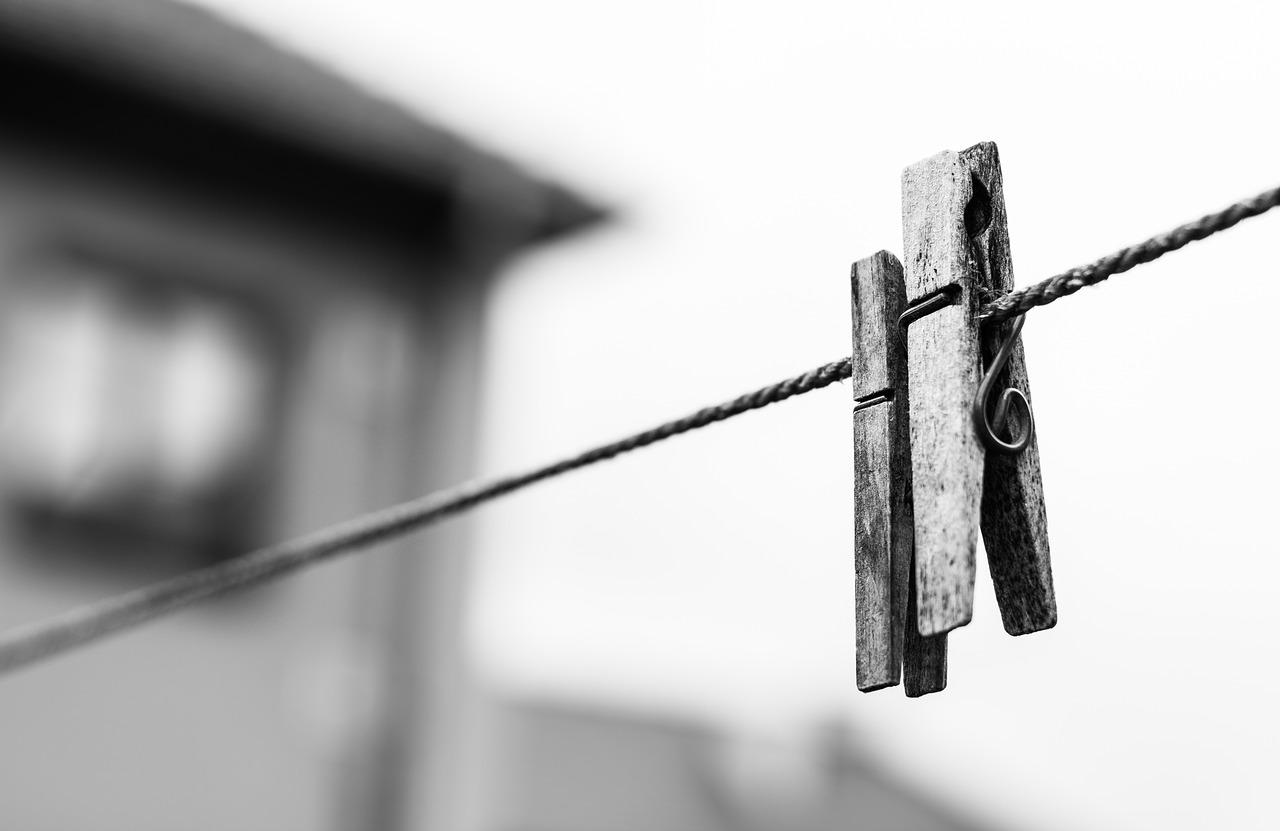 Aburrida, sobre la cuerda posada