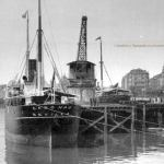 El vapor Cabo Nao, de Ybarra & Co.junto a la grúa de piedra