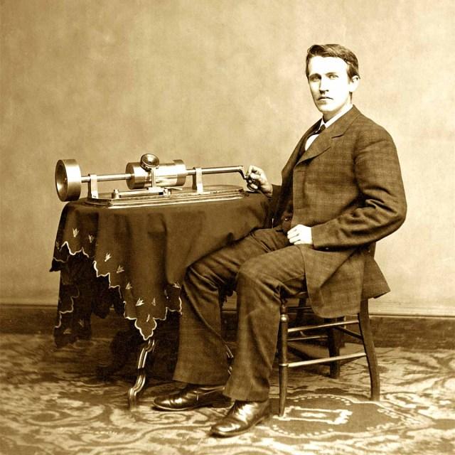 Thomas_Edison-e-il-suo-fonografo
