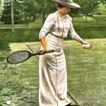 S. M. la Reina Doña Victoria jugando al tennis en la finca de los duques de Santo Mauro, en Las Fraguas