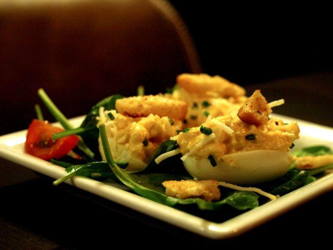 DESEO Tapas Bar - Gefüllte Eier mit Manchego, Chili und Croûtons (kalte Tapa)