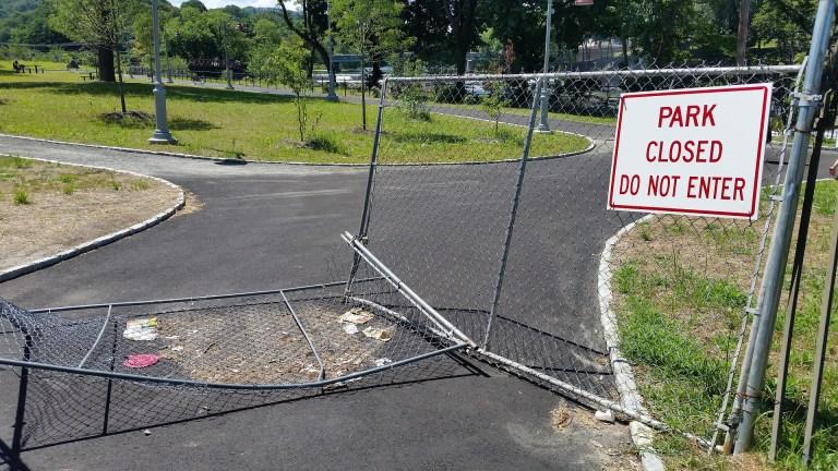 Verja de un parque a medio derribar
