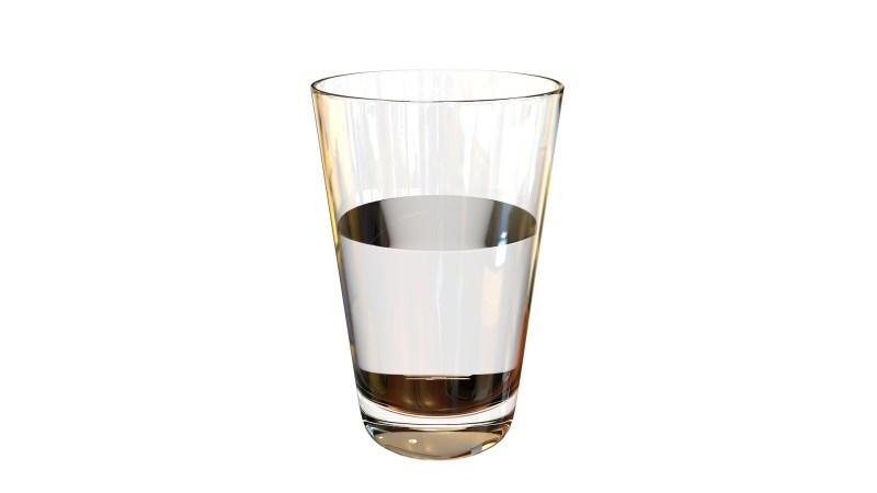 Vaso de agua a medio llenar.