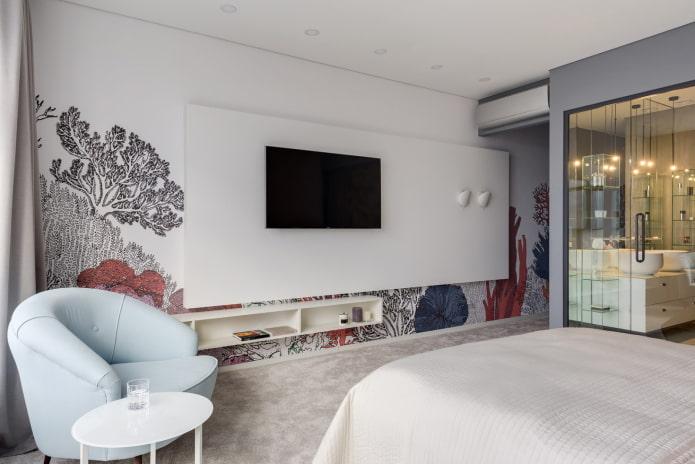 TV în fața patului