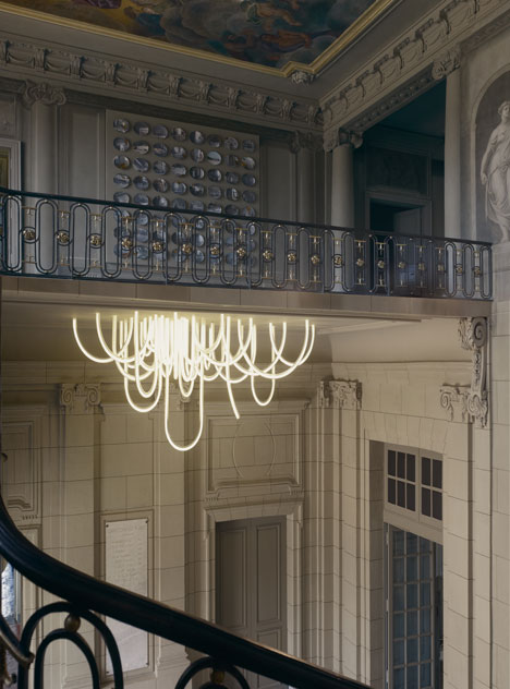 Les-Cordes-chandelier-by-Mathieu-Lehanneur-for-Chateau-Borely_4_Design_Index