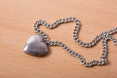 男性がネックレスをつけるのには隠された心理が関係していた!