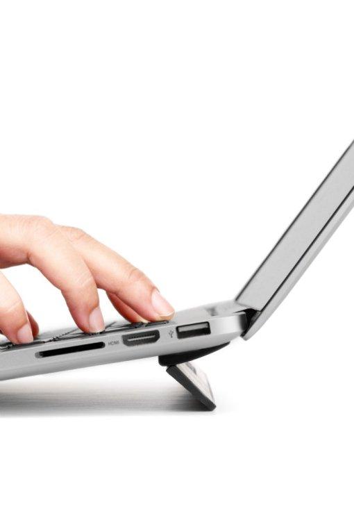 """Bluelounge Kickflip - Utfällbart och självhäftande MacBook-stöd för MacBook Pro 15/16""""  perfekt ergonomi!"""