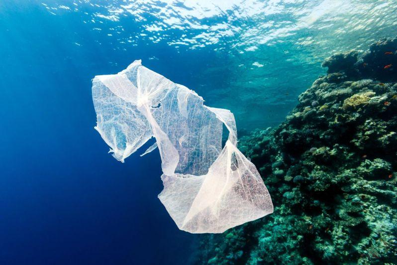 plast v oceánu