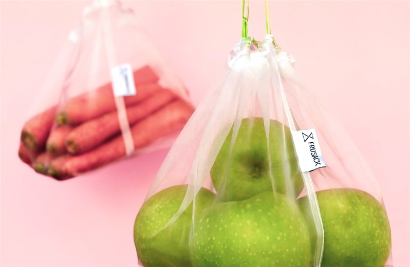 Zelená jablka a mrkev v ekologickém sáčku Frusack