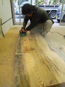 赤松テーブル板削り1