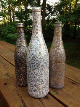 Garrafas de vidro pintadas em bronze, dourado e prateado