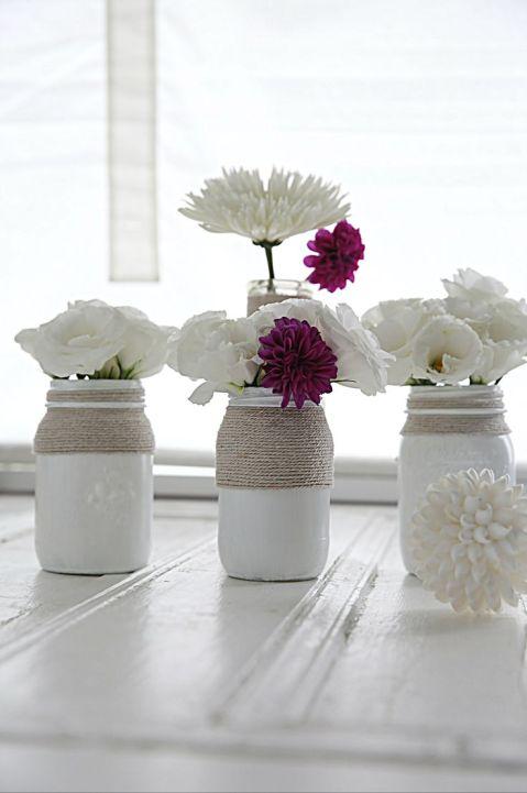 Potes de vidro pintados e decorados com fibra compõem decoração romântica