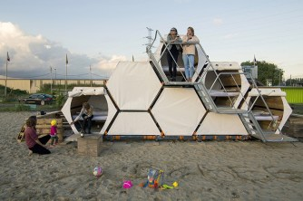 b-and-bee-stacked-festival-housing-designboom-02