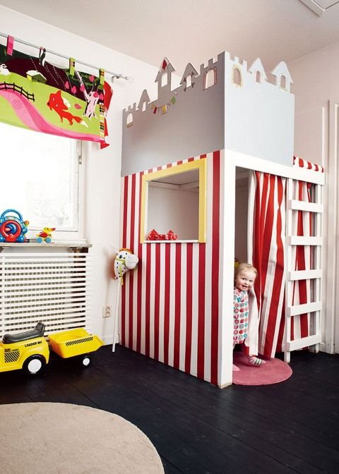 Cama suspensa em quarto infantil