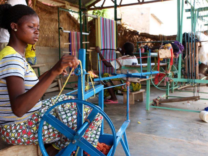 Um das artesãs tecendo em Burkina Faso