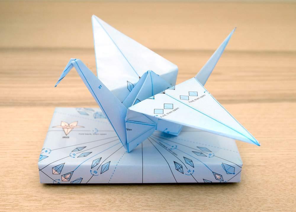 Presente embrulhado com o papel de embrulho da ILOVEHANDLES e um origami pronto