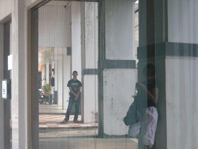 Ados thaïlandais sous les arcades