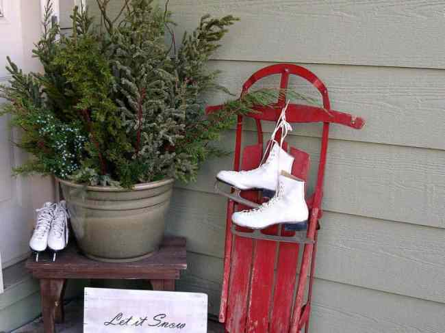 holiday-ugc_ninnarae-winter-front-porch-display_s4x3-jpg-rend-hgtvcom-966-725