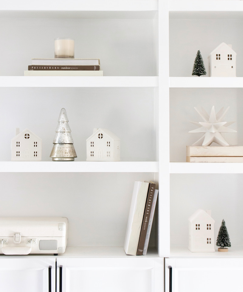 Sharing a green & white Christmas theme this year! Traditional greens and bright pops of whites make this a cozy holiday to remember. | Designed Simple | designedsimple.com