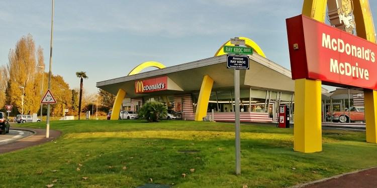 Am călătorit în anii '50 în cel mai cool McDonalds!