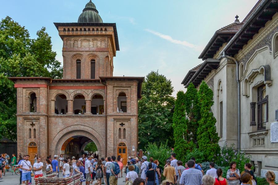 Tururi pietonale în București – povești din orașul contrastelor