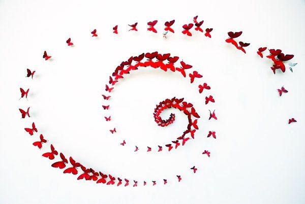 Perhosia seinällä kierre muodossa
