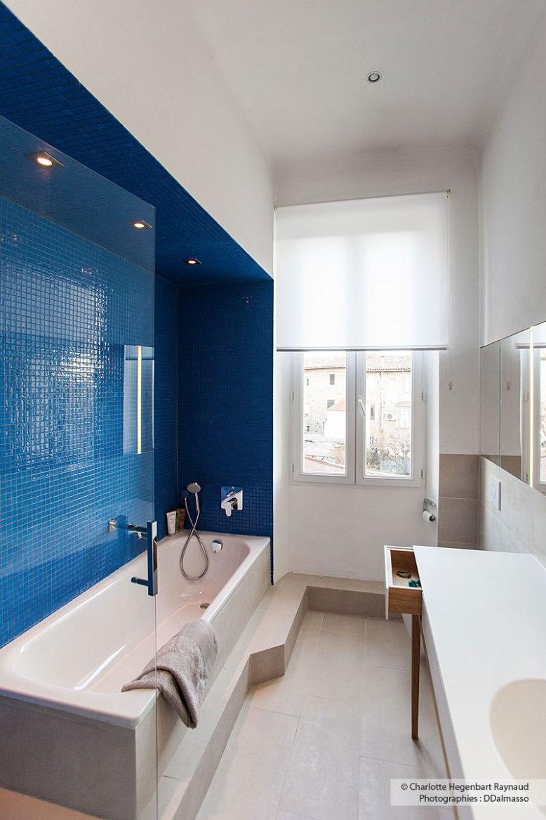 Une Petite Salle De Bain Lgante Et Confortable