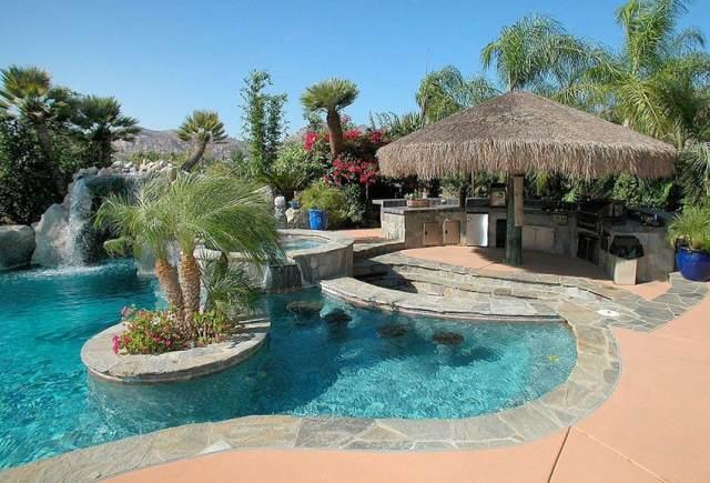 Açık mutfaklı, palapalı tropikal yüzme havuzu