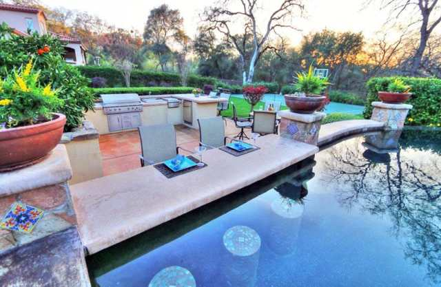 Yüzen bar tabureli özel yüzme havuzu