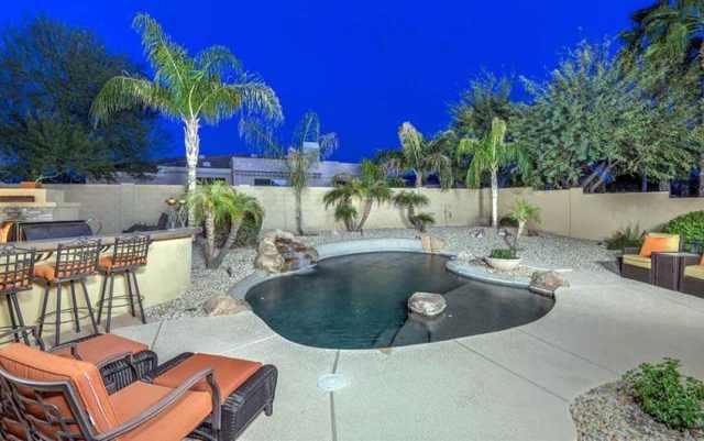 Açık mutfak ve tropikal peyzajın yanında kaya adaları bulunan Oasis yüzme havuzu