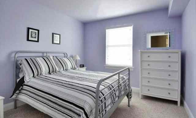 Açık mor boya ve beyaz şifoniyer ile kız yatak odası