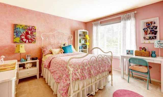 Beyaz mobilya ve pembe boyalı duvarlar ile genç kız yatak odası