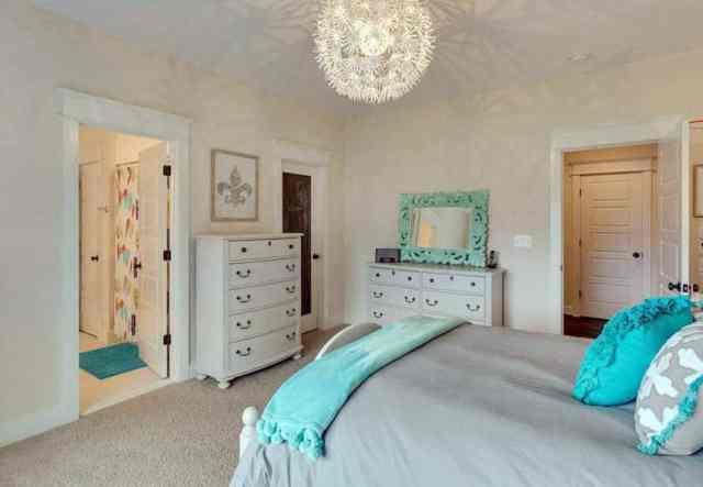 Nötr beyaz mobilyalı genç kız yatak odası