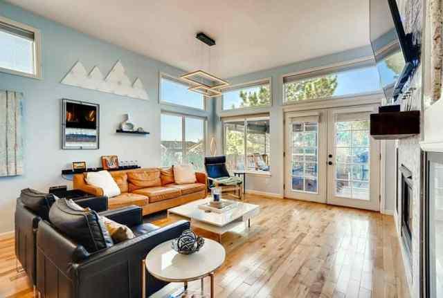 Açık mavi boya ve deri mobilyalı oturma odası