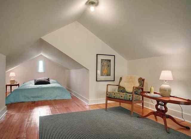 Çatı saçak altında yatak bulunan tavan arası yatak odası