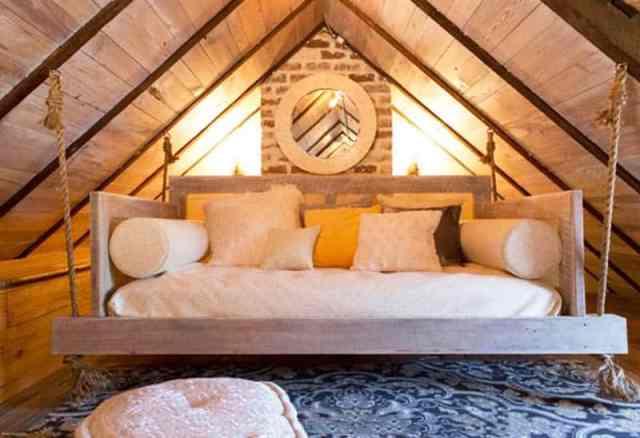 Sallanan yatak ve koltuklu tavan arası yatak odası