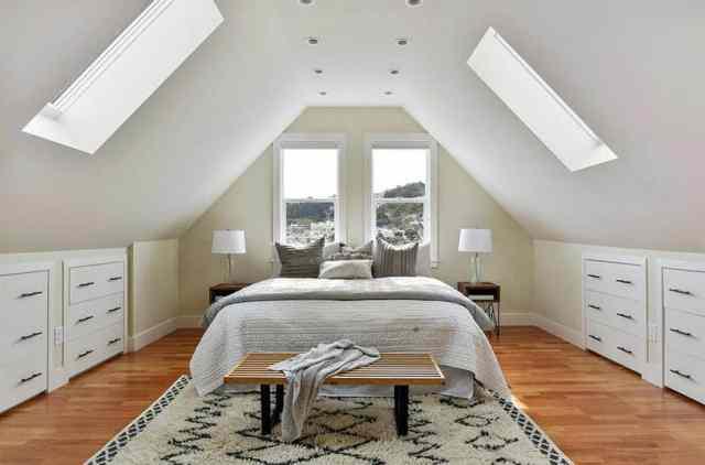 Tavan pencereli çağdaş tavan arası yatak odası