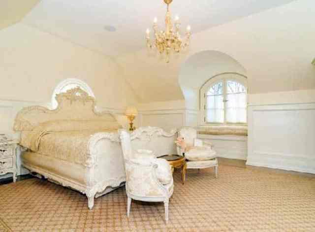 Avizeli Fransız sömürge çatı katı yatak odası