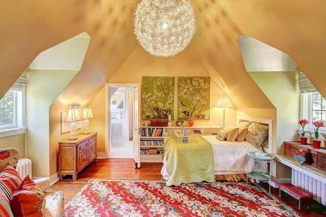 Yerleşik kitaplıklı ve çatı pencereli çocuk tavan arası yatak odası