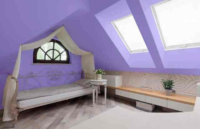 Gölgelik yataklı mor tavan arası yatak odası