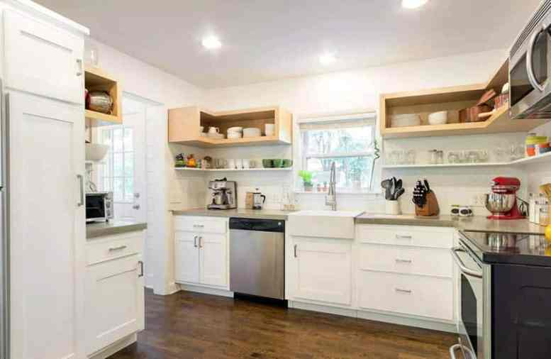 Boerderij keuken met witte kasten open rekken